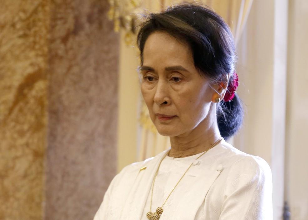 Aung San Suu Kyi, líder de fato do governo de Mianmar e vencedora do prêmio Nobel da Paz, nestaquinta-feira (13) em Hanoi, no Vietnã — Foto: Kham/Pool Photo via AP