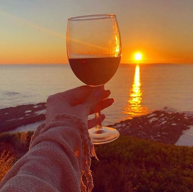 Julia Faria tomando vinho em Portugal (Foto: Reprodução/Instagram)
