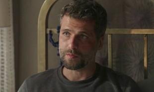 Nos capítulos que vão ao ar de 3 a 8 de dezembro em 'O Sétimo Guardião', Júnior (José Loreto) tentará matar Gabriel (Bruno Gagliasso) com um tiro, mas será impedido por León, que, na sua forma humana, empurrará o playboy e fará com que ele erre o alvo | TV Globo