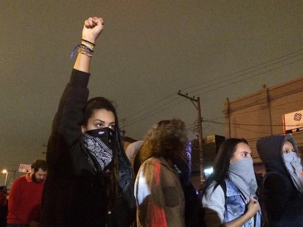Manifestantes mascaradas em ato contra Temer em Pinheiros (Foto: Glauco Araújo/G1)