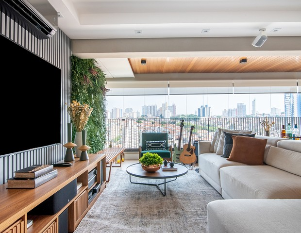 Apê de 120 m² mistura elementos clássicos e modernos (Foto: Julia Hermann)