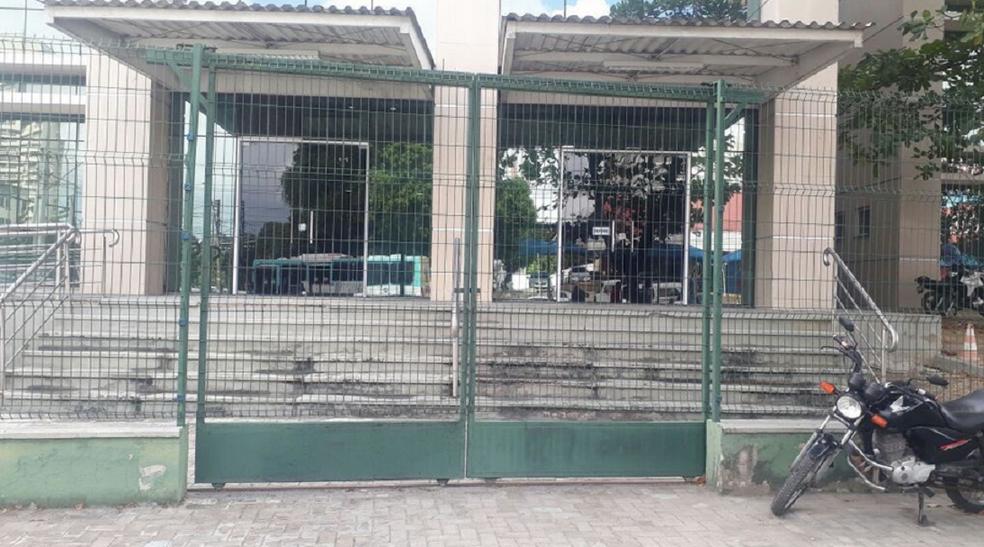 Sede da Divisão de Combate ao Tráfico esteve fechada durante o andamento da Operação Vereda, nesta quarta-feira.  (Foto: Hallison Ferreira/TV Verdes Mares)