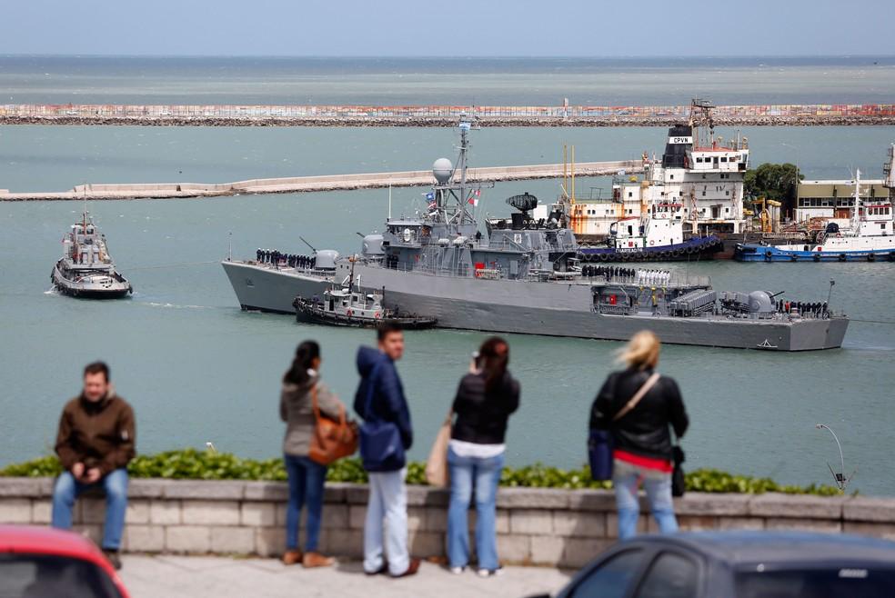 Navio argentino Comandante Espora deixou base naval de Mar del Plata, no sábado (18), para participar das buscas pelo ARA San Juan   (Foto: Vicente Robles/ AP)
