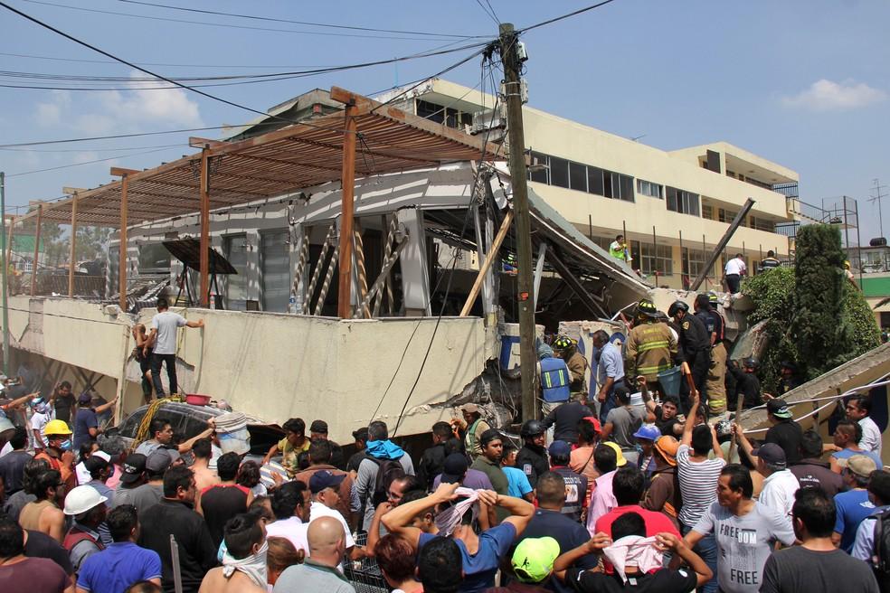 Equipes de resgate trabalham para retirar sobreviventes na escola Enrique Rebsamen, no México, que desmoronou após o tremor de terça-feira (19)  (Foto: Carlos Cisneros/ AP)