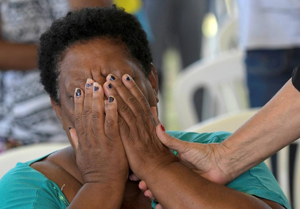 31 de janeiro - Mulher se emociona durante cerimônia ecumênica em memória às vítimas do colapso da barragem em Brumadinho — Foto: Washington Alves/Reuters