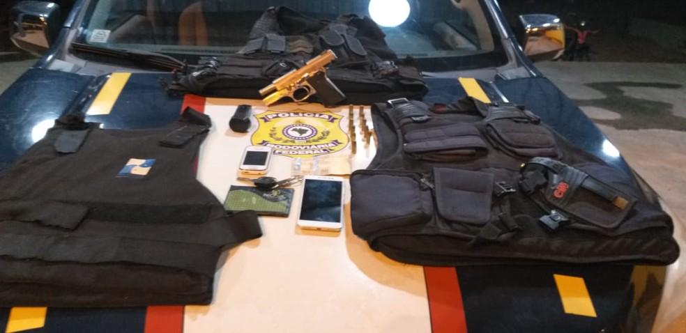 Durante a prisão dos dois homens a Polícia Rodoviária também apreendeu três coletes balísticos e um par de algemas — Foto: Divulgação/Polícia Rodoviária Federal