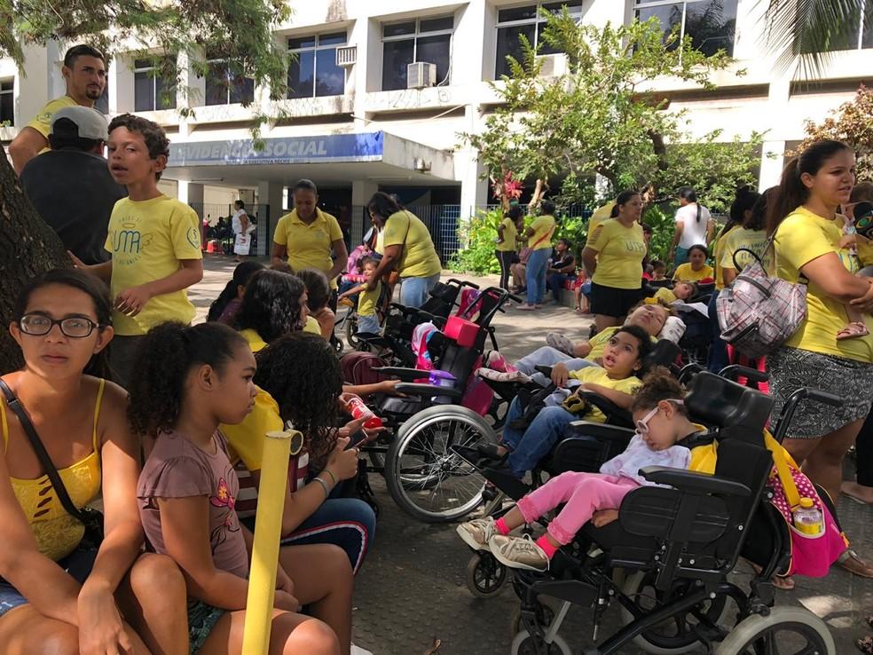 Mães e parentes de crianças com microcefalia fazem ato na frente do INSS, no Recife, para cobrar pagamento do BPC' — Foto: Marina Meireles/G1