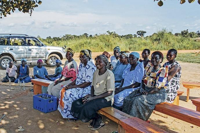Viúvas se reúnem em zona rural próxima a Gulu, em encontro da ONG GWED-G, que dá orientação a elas sobre a expropriação de terras  (Foto: Giuliana Miranda)