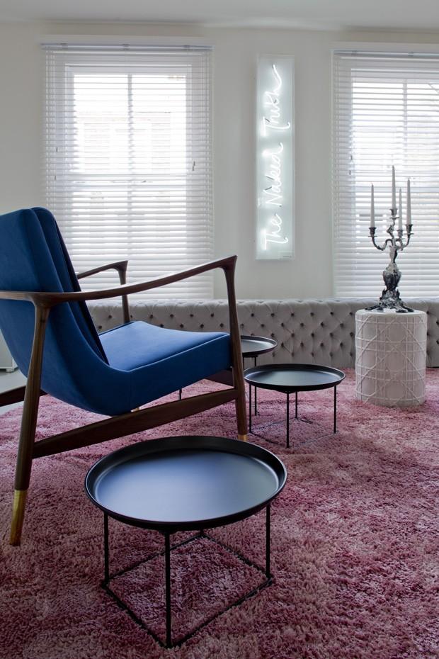 Apartamento totalmente branco com móveis coloridos (Foto: Ben Sage/Divulgação)
