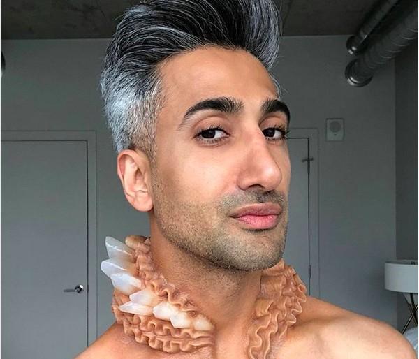 O apresentador de TV Tan France com uma das obras do artista plástico Simon Huck (Foto: Instagram)