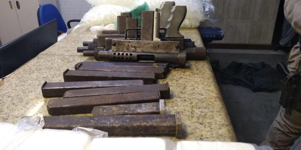 Quatro submetralhadoras e 20 kg de pasta base de cocaína são apreendidos pela polícia em Salvador — Foto: Divulgação/Secretaria de Segurança Pública da Bahia (SSP-BA)