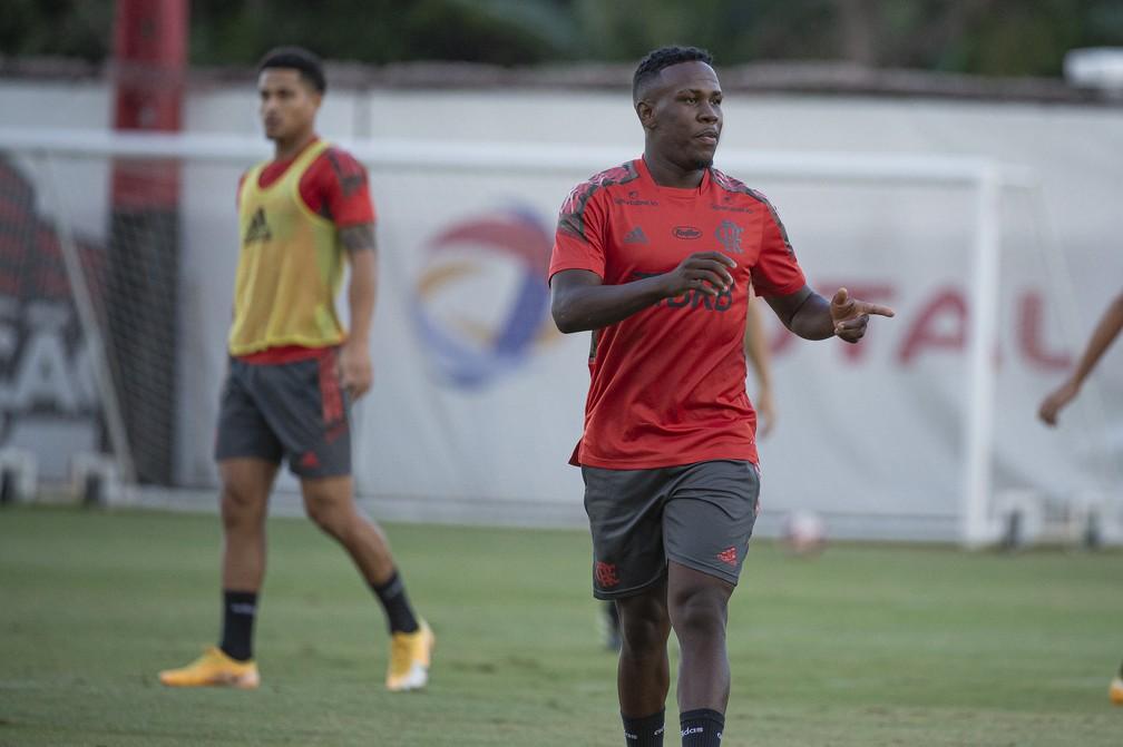 Após observação, Rogério Ceni vê Klebinho fora dos planos, e Flamengo busca clube para o lateral