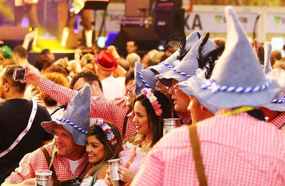 Cervejarias já faturaram mais de R$ 12 milhões com venda de chope na Oktoberfest de Blumenau