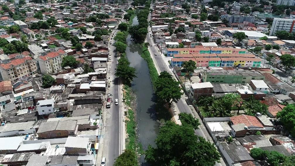 Obras de revestimento do canal do Arruda, no Recife, também consta no levantamento de obras paradas do TCE — Foto: Antônio Henrique/TV Globo