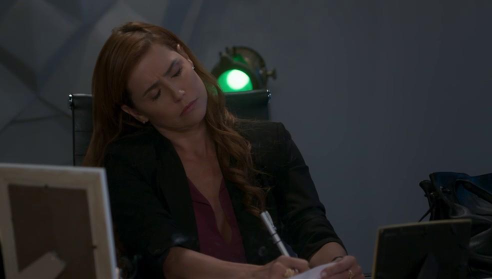 Alexia (Deborah Secco) finge que está psicografando carta de Kyra (Vitória Strada) em 'Salve-se Quem Puder' — Foto: Globo