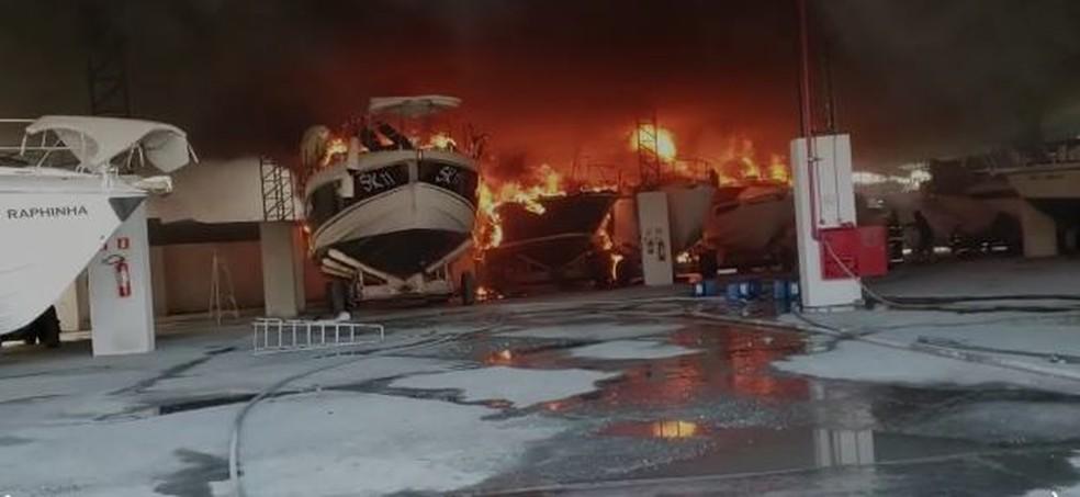 Barcos pegam fogo em marina de Bertioga, SP — Foto: Reprodução