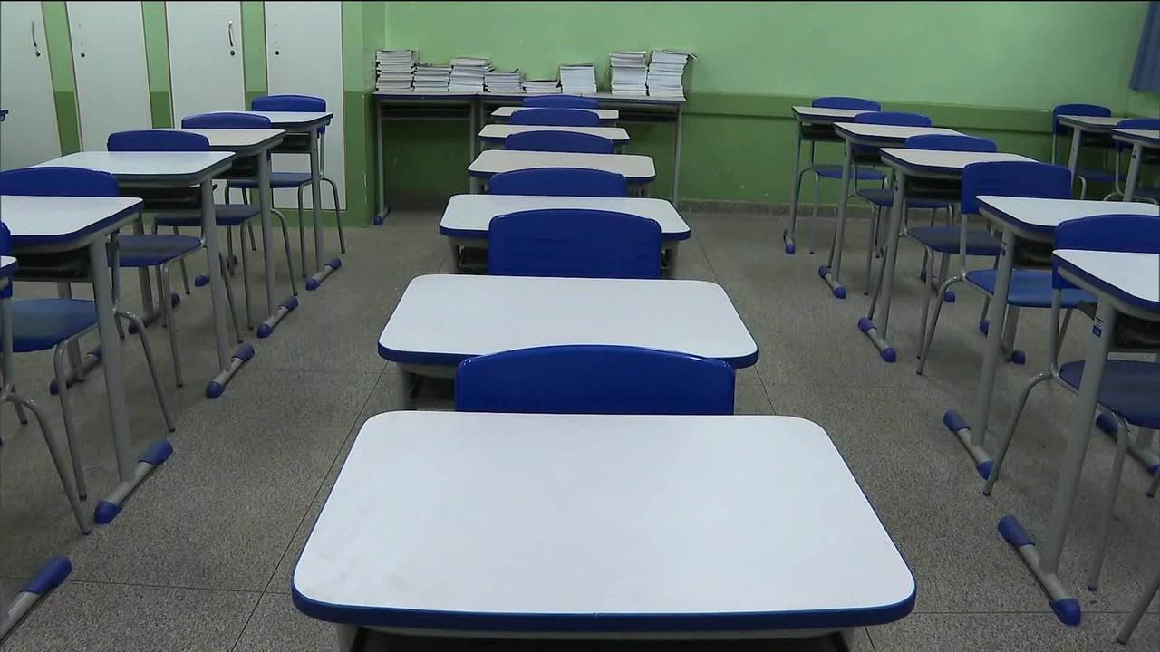 Professora vai de casa em casa incentivar alunos a estudar