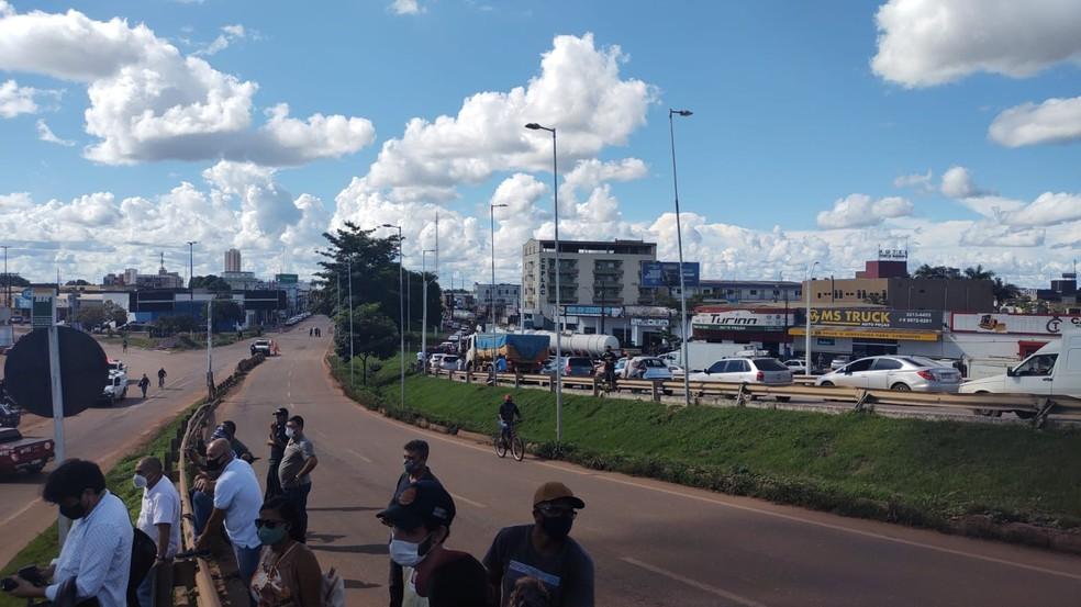 Uma das vias da Avenida Jorge Teixeira foi interditada devido o indêndio — Foto: Ruan Gabriel/Rede Amazônica