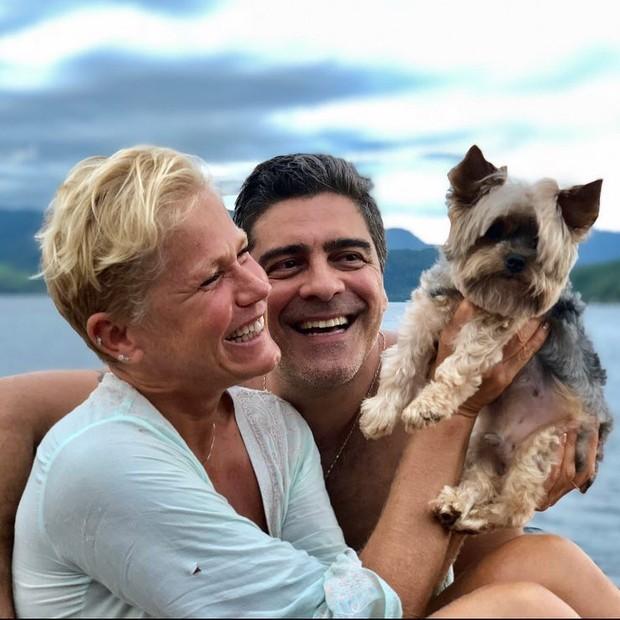Junno Andrade com Xuxa e o cachorrinho Dudu (Foto: Reprodução/Instagram)