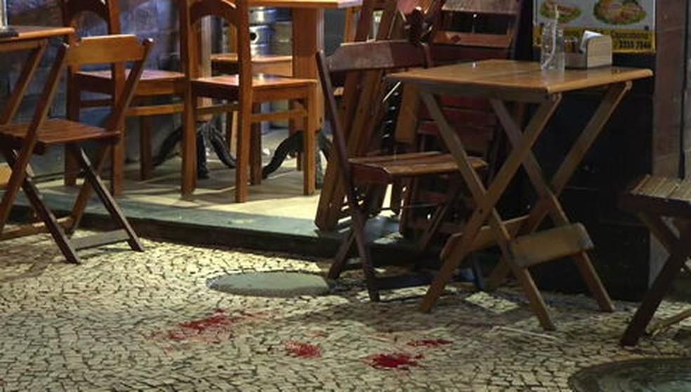 Duas pessoas são baleadas em restaurante na rua Toneleiro, em Copacabana — Foto: Reprodução/TV Globo