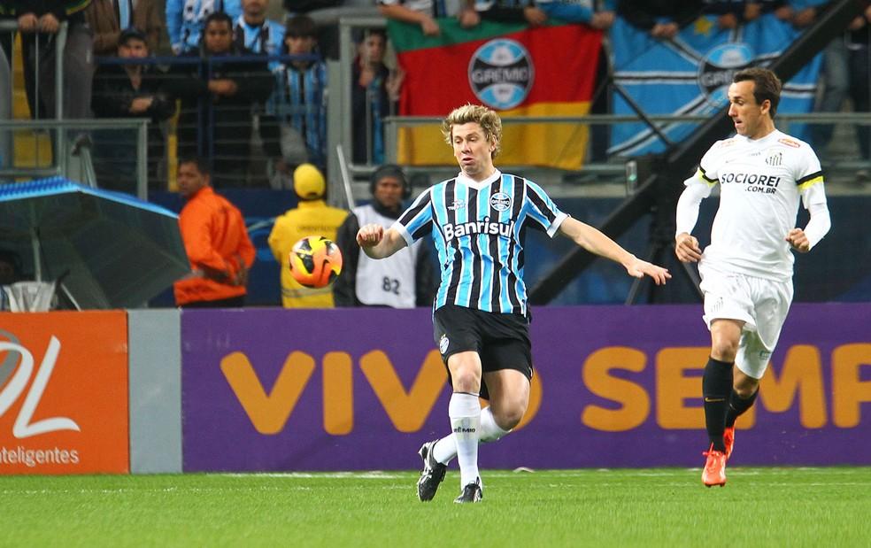 Gabriel em ação contra o Santos, em 2013, dias antes da grave lesão no joelho — Foto: Lucas Uebel / Grêmio