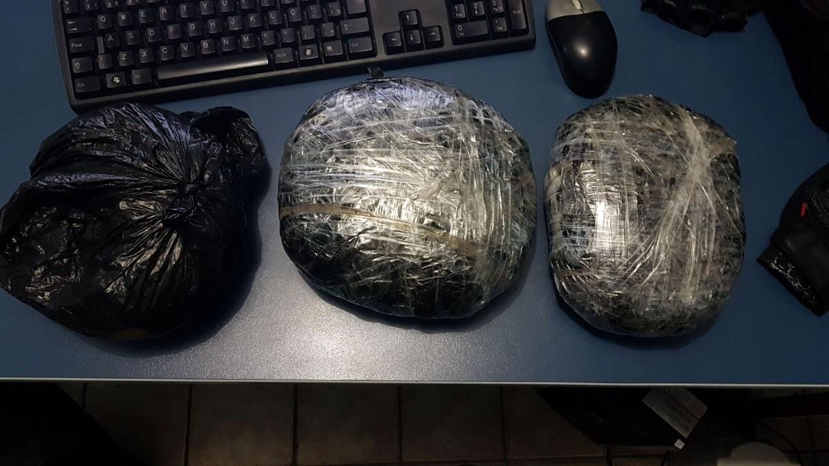 Dois jovens são presos e garoto é detido suspeitos de tráfico de drogas em RR