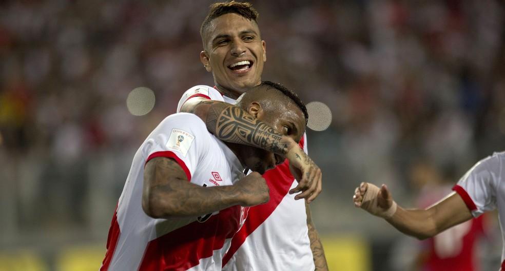 Farfán é abraçado por Guerrero: ponta direita ex-Schalke 04 deve ser o centroavante na ausência do capitão (Foto: AP )