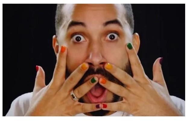 Apresentador de um quadro no 'Mais você', Gil do Vigor pintou as unhas para fotos de seu livro, 'Tem que vigorar' (Foto: Reprodução)