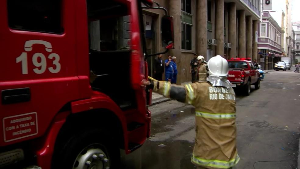 Bombeiros chegaram às 7h40 desta segunda (21) para apagar novo foco de incêndio na Whiskeria Quatro por Quatro — Foto: Reprodução/ TV Globo