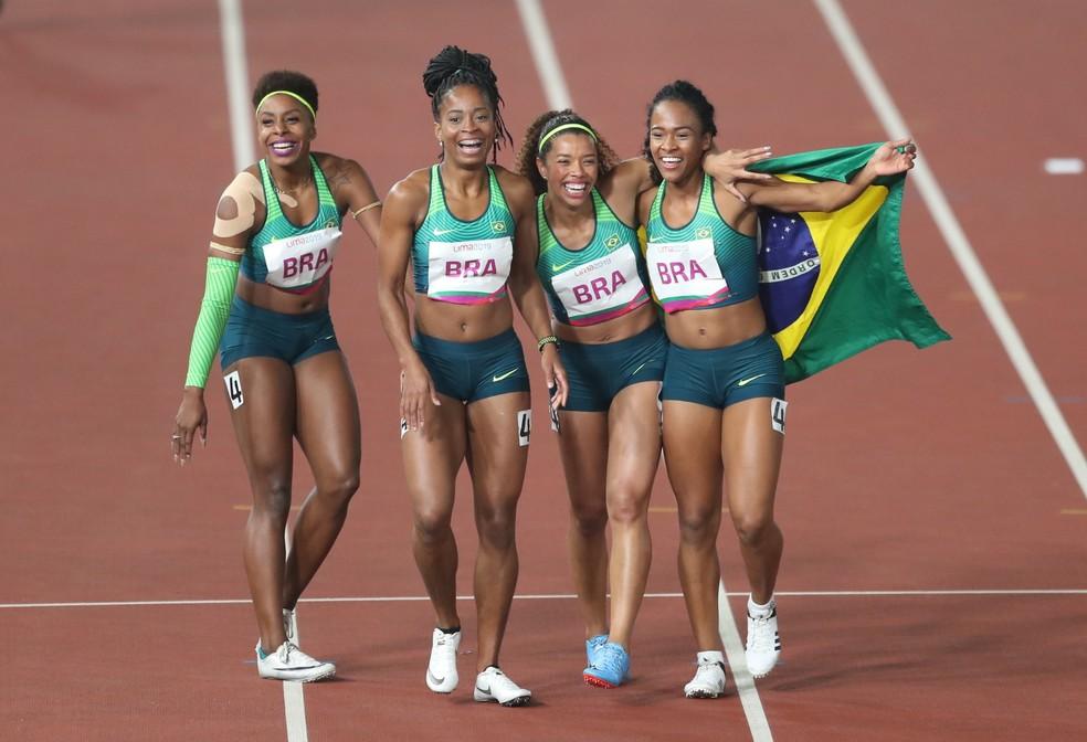 Revezamento 4x100m feminino do Brasil comemorando o ouro em Lima — Foto: Reuters