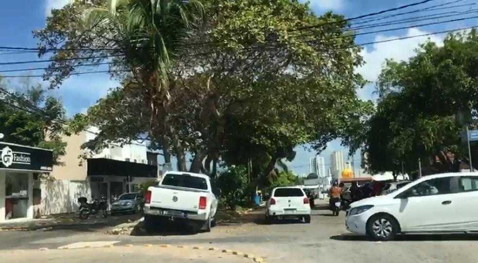 Carro bateu no canteiro central da rua que passa atrás do CCAB Sul — Foto: Reprodução/Redes Sociais