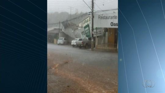 Temporal provoca a queda de parte do telhado de igreja em Piracanjuba