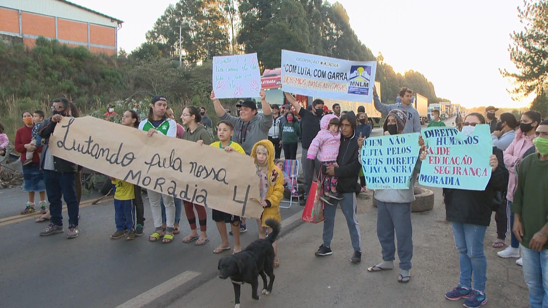 Moradores de ocupação protestam contra reintegração de posse em Passo Fundo