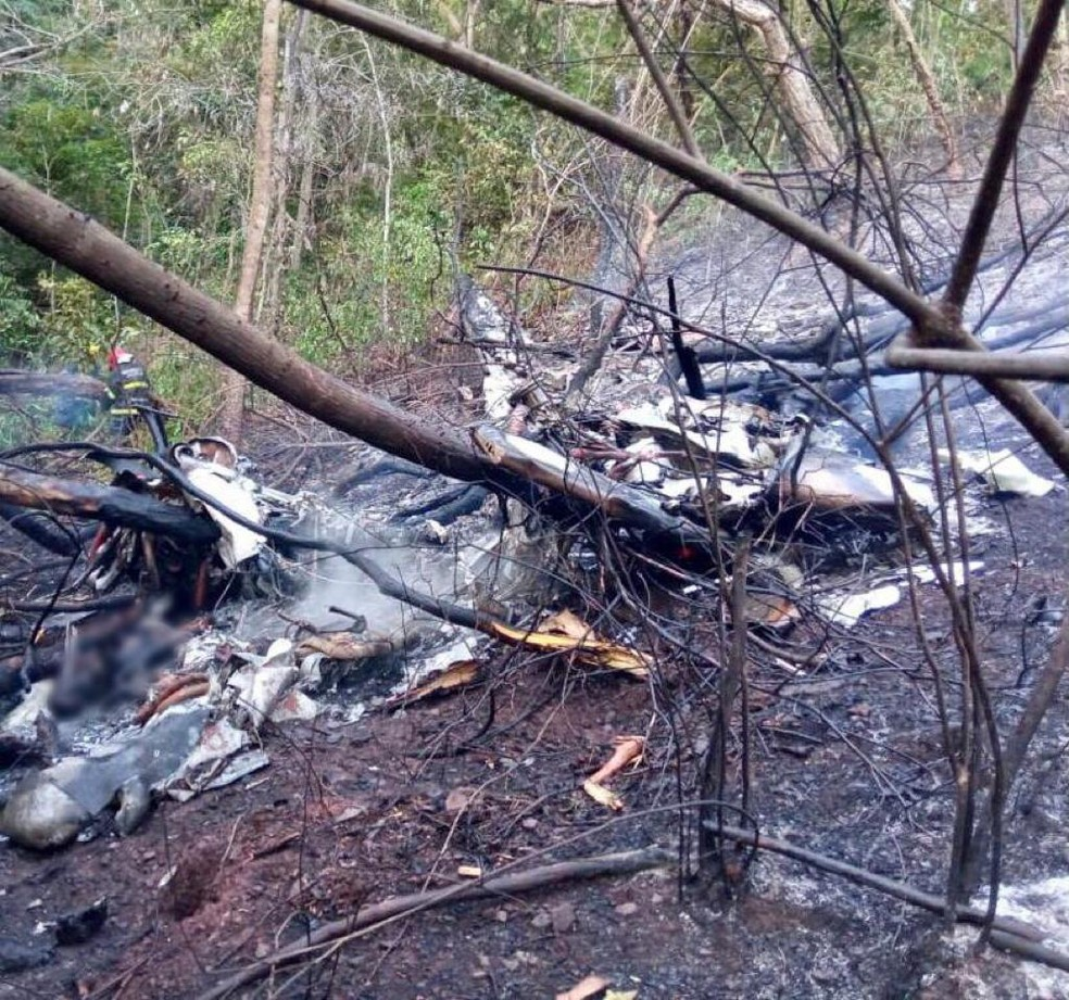 Foto divulgada pelos bombeiros mostra destroços de avião que caiu e pegou fogo em Rondonópolis — Foto: Corpo de Bombeiros de Mato Grosso/Assessoria