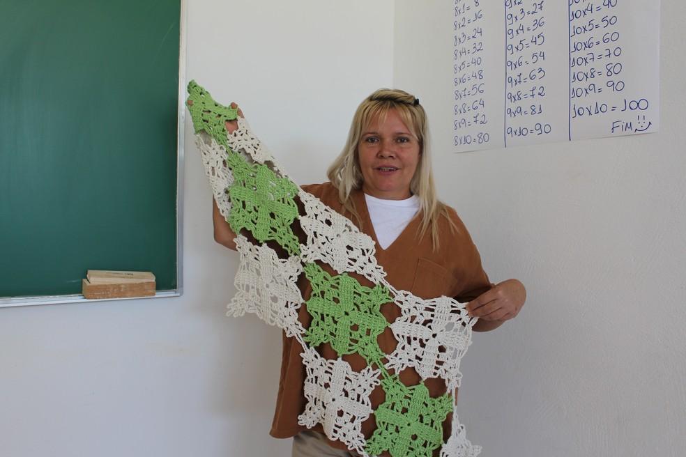 Eliane aprendeu a crochetar com uma amiga de cela, e hoje, recebe encomendas dentro da cadeia — Foto: Marília Moraes/G1