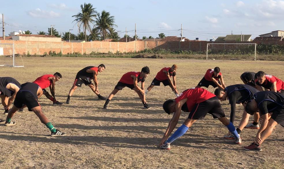 Falta uniforme para os jogadores e o preparo físico deles é feito pelo meia Yuri (centro) — Foto: Lucas Barros/GloboEsporte.com