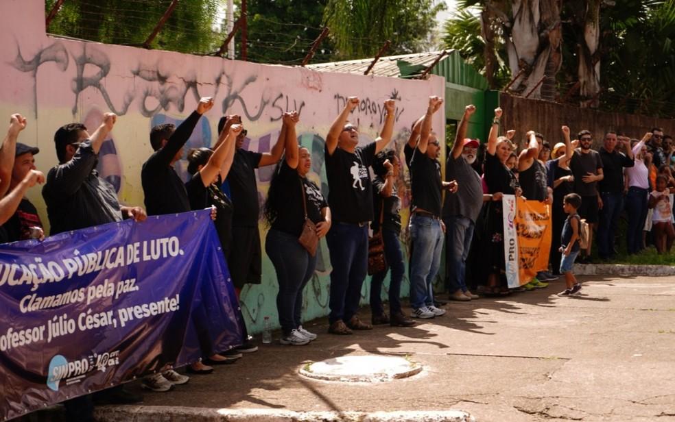 Professores e familiares de Júlio César Barroso de Souza se reuniram para pedir pela paz nas escolas — Foto: Reprodução/Mariana Almada