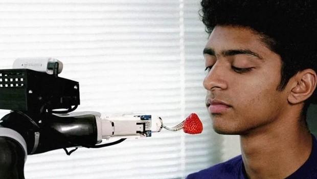 Robô alimenta as pessoas que não conseguem por conta própria  (Foto: Universidade de Washington/Divulgação)