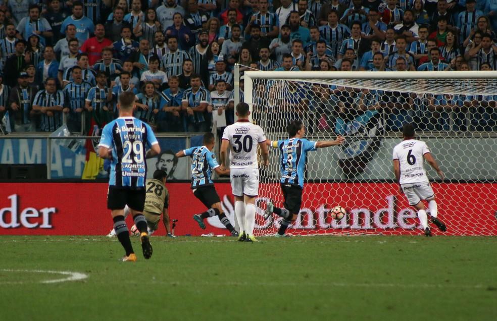 Cícero supera Andrada e sai para comemorar (Foto: Diego Guichard)