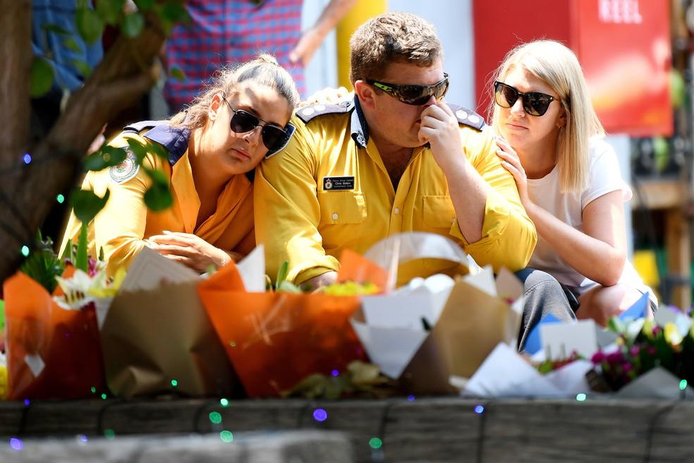 Bombeiros se despedem do colega, Andrew O'Dwyer, morto em incêndio na Austrália — Foto: AAP Image/Bianca De Marchi/Reuters