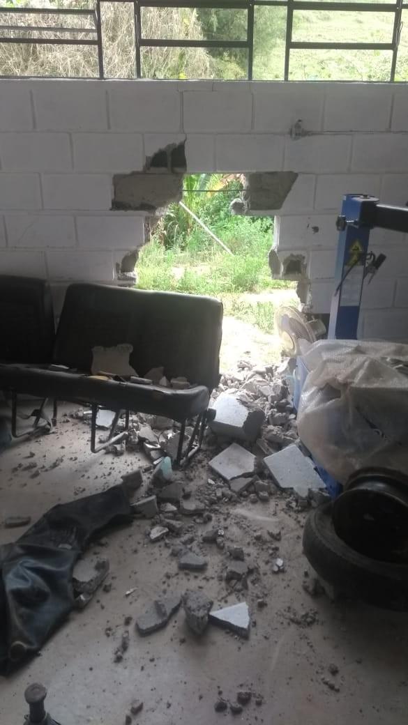 Criminosos armados roubam trator e Kombi na garagem da Prefeitura de Jambeiro  - Notícias - Plantão Diário