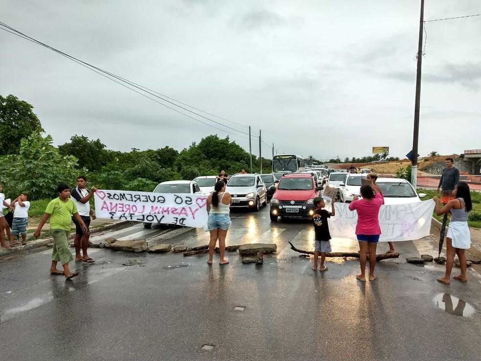 Familiares e amigos da menina Yasmin Lorena fecharam a ponte Newton Navarro na tarde desta segunda (16) em protesto contra a demora da polícia nas investigações (Foto: Adriano Abreu/Tribuna do Norte/Cedida)
