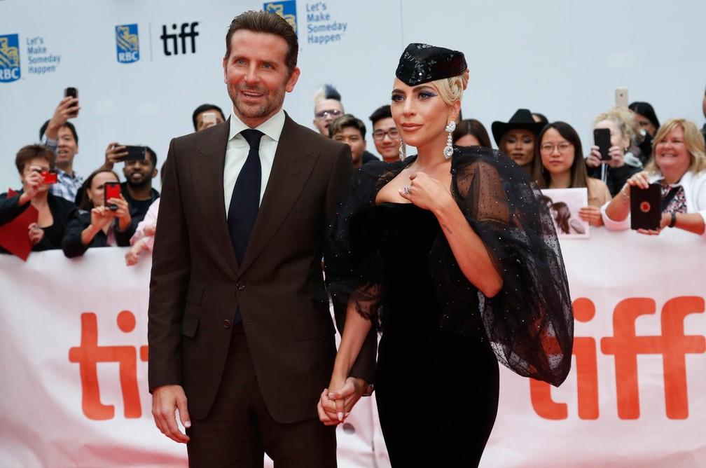 """-  Bradley Cooper e Lady Gaga posam no tapete vermelho durante estreia do filme """"Nasce Uma Estrela"""" no Festival de Cinema de Toronto  Foto: REUTERS/Mari"""