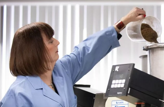A pesquisadora Debbie Mielewski, da Ford, trabalha no desenvolvimento do componente que utiliza casca de café (Foto: Divulgação)