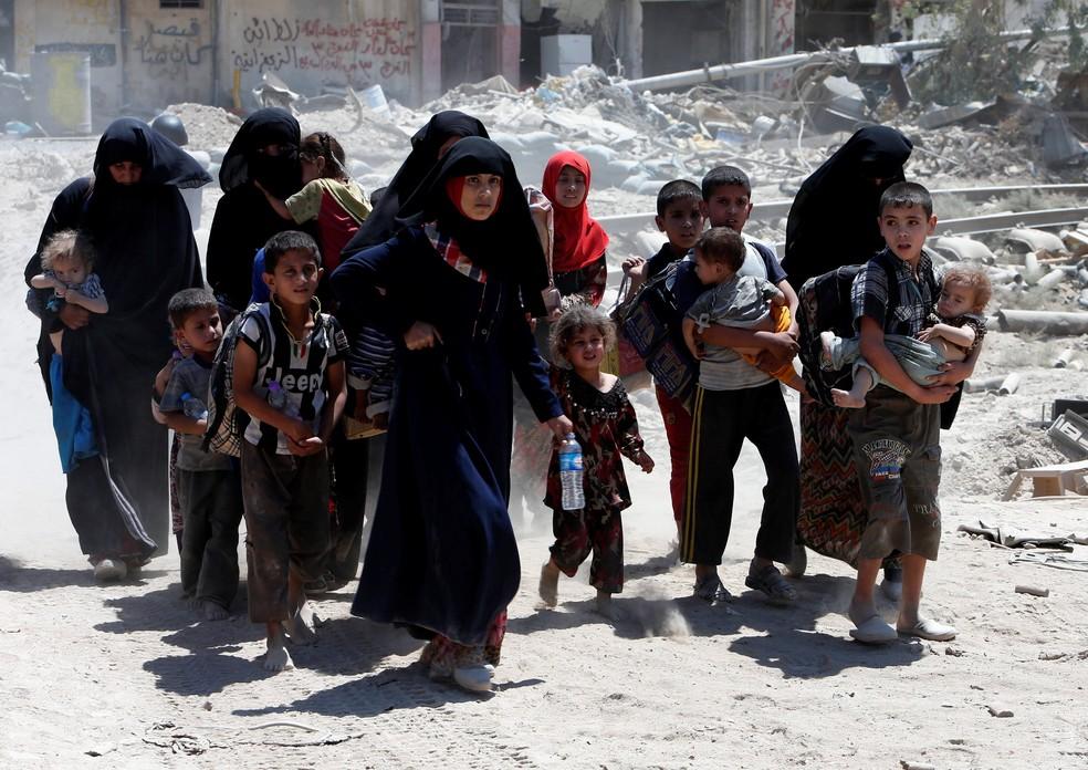 Mulheres e crianças fogem de Mosul, na Síria, em imagem de arquivo (Foto: Azad Lashkari/Reuters)