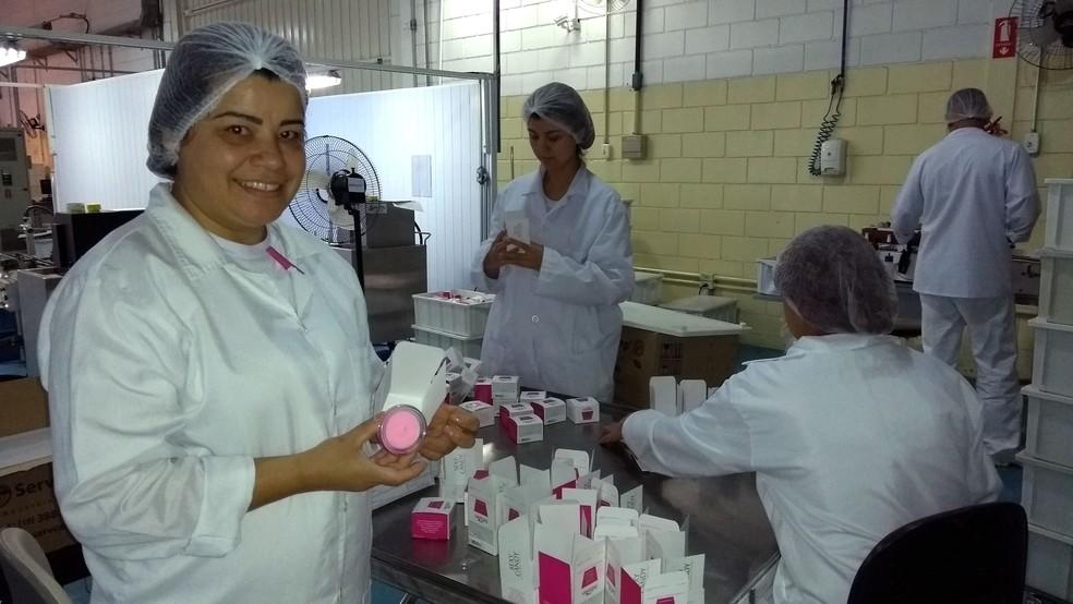 Nereide Oliveira é funcionária da fábrica de produtos eróticos há dez anos e participa de alguns testes (Foto: Patrícia Teixeira / G1)
