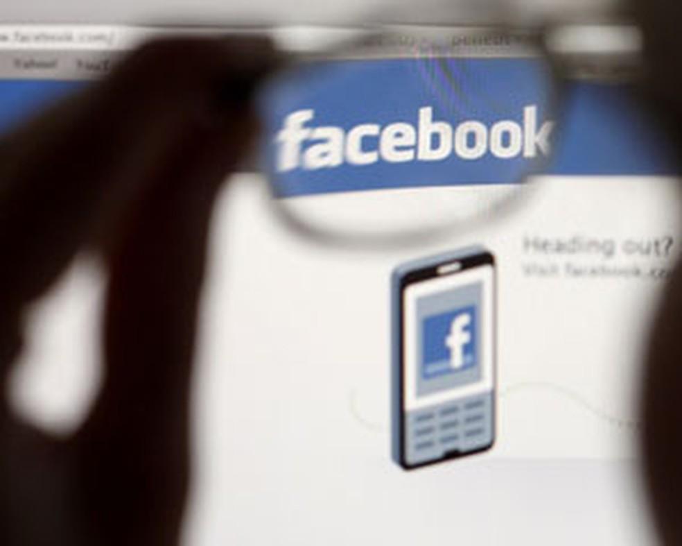 Estudante acessa página inicial do Facebook (Foto: Thomas Hodel/Reuters)