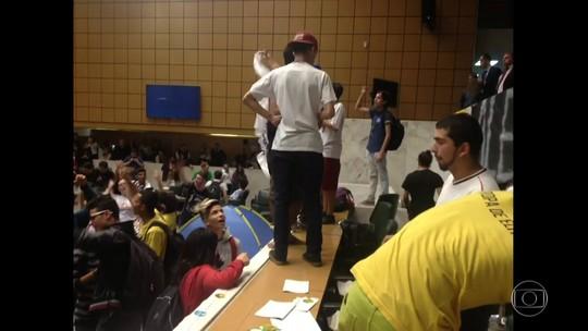 Estudantes invadem plenário da Assembleia Legislativa de SP