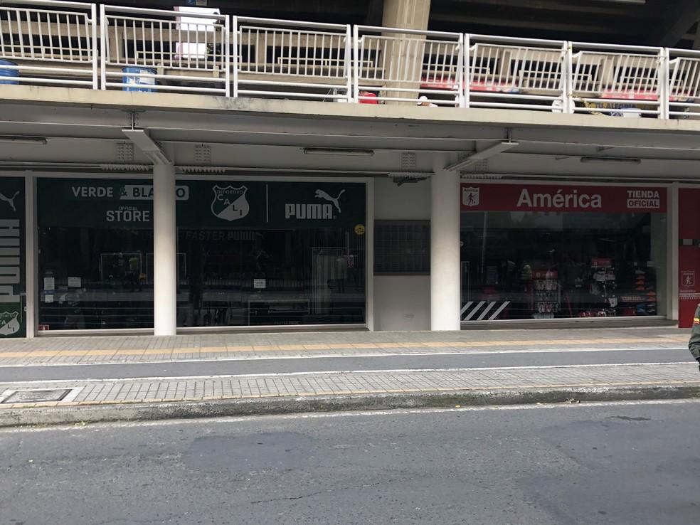 Lojas de Deportivo Cali e América lado a lado — Foto: Eduardo Moura