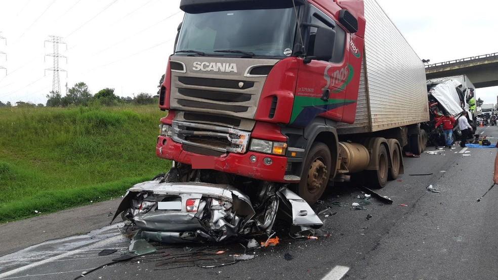 Acidente envolveu quatro caminhões e um carro, e deixou mortos na BR-116, em São José dos Pinhais  Foto: Divulgação/PRF